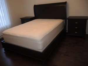 Queen sleigh bed + nightstand , color coffee