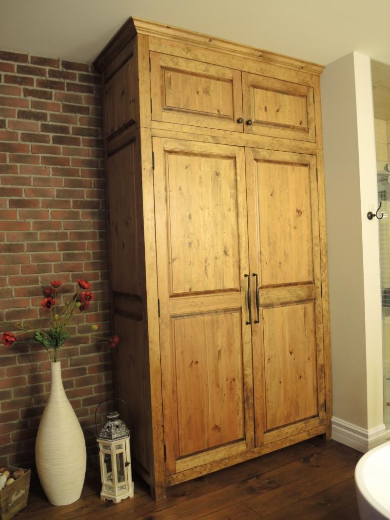 Armoire en pin et table de nuit atelier meuble rustique for Liquidation meuble de cuisine